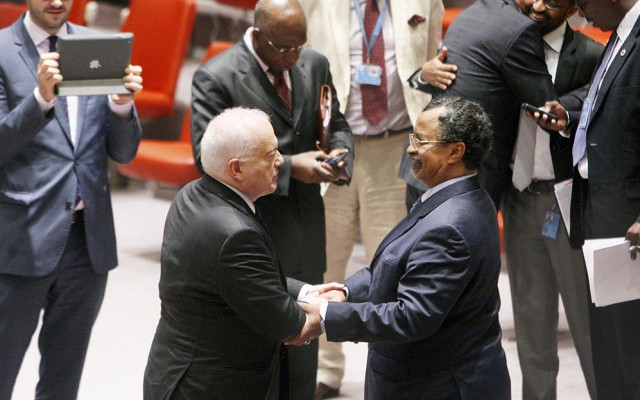 Gary Quinlan (left), current Security Council President, shaking hands with Mahamat Saleh Annadif (right), African Union Special Representative for Somalia and Head of the African Union Mission in Somalia (AMISOM), after a Security Council meeting on the situation in Somalia (UN Photo/Devra Berkowitz)